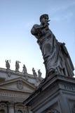圣Teter雕象在广场St彼得罗的由圣皮特圣徒・彼得在梵蒂冈的` s大教堂在罗马意大利 库存图片