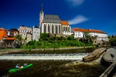 圣Vitus和测流堰教会的浪漫看法在伏尔塔瓦河河的在捷克克鲁姆洛夫 图库摄影