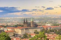 圣Vitus大教堂、布拉格城堡和Mala Strana美丽的景色在布拉格,捷克 免版税库存照片