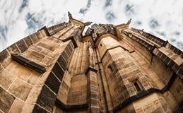 圣Vitus大教堂一个接近的看法从底部到与掩藏高在天空的屋顶的上面 免版税库存照片
