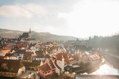 圣Vitus教会、房子和河的看法在捷克克鲁姆洛夫在捷克 教会是一个主要 免版税库存照片