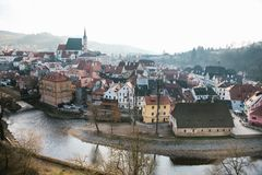 圣Vitus教会、房子和河的看法在捷克克鲁姆洛夫在捷克 教会是一个主要 库存图片