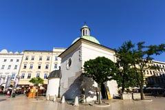 圣Wojciech 11世纪巴洛克式的教会在主要集市广场,克拉科夫,波兰的 免版税库存图片