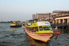 在Chao Phraya河的Local运输小船 免版税库存图片