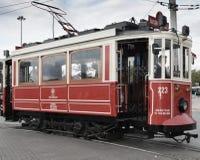在Ä°stiklal大道的一辆历史的电车 免版税库存照片