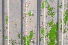 在Ñ 的切削的油漆orrugated金属房屋板壁纹理 免版税图库摄影