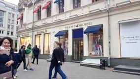 在Ω和汤米・席尔菲格精品店前面的Peope交通在莫斯科市中心 影视素材