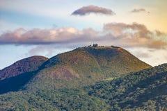 在'Gaviota峰顶的'滑翔伞飞行 库存照片
