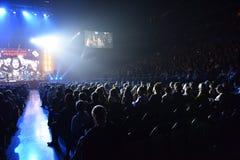 在一万人们出席维克托Drobysh第50个年生日音乐会在巴克来中心 库存照片