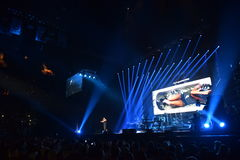 在一万人们出席维克托Drobysh第50个年生日音乐会在巴克来中心 图库摄影