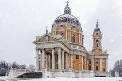 在一下雪期间的Basilica di Superga教会在都灵 免版税库存图片