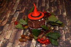在一个万圣夜妖怪的贺卡橙色帽子的 图库摄影