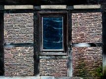 在一个万维网的老视窗在老房子墙壁  库存照片