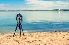 在一个三脚架的一台照相机在沙滩 库存照片