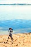 在一个三脚架的一台照相机在沙滩 库存图片