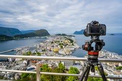 在一个三脚架的Alesund挪威照相机城市在观察台 免版税图库摄影