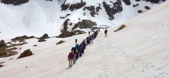 在一个下雪的风景的远足 图库摄影