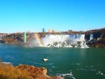 在一个不同的角度外面的尼亚加拉大瀑布与一条彩虹在一天w 免版税库存照片