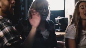 在一个不同种族的党的愉快的millennials舞蹈 慢动作关闭 青年人庆祝,得到疯狂情感 股票视频