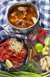 在一个不锈的平底锅的热的牛肉骨头汤 库存照片