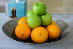 在一个不锈的盘子的新鲜水果 免版税库存图片