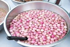 在一个不锈的碗的被保存的红色青葱出售的在轰隆Lampu市场,曼谷,泰国上 库存图片