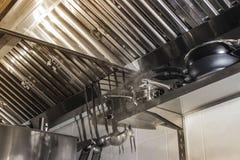 在一个专业厨房里排气系统,敞篷过滤器细节 库存照片
