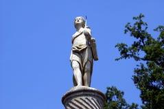 在一个专栏的丘比特雕象在Hever城堡意大利庭院在英国 库存图片