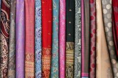 在一个东方义卖市场市场上的五颜六色的围巾 免版税库存照片