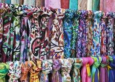 在一个东方义卖市场市场上的五颜六色的围巾 免版税库存图片