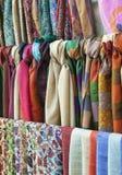 在一个东方义卖市场市场上的五颜六色的围巾 库存图片
