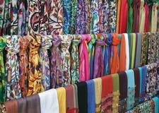 在一个东方义卖市场市场上的五颜六色的围巾 图库摄影