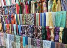在一个东方义卖市场市场上的五颜六色的围巾 库存照片
