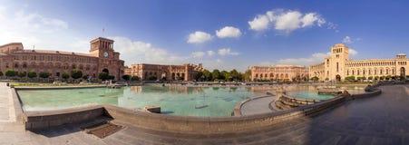 在一个中心广场的喷泉 免版税库存照片