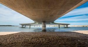在一个乌拉圭盐水湖加尔松,何塞伊廖齐,乌拉圭的新的桥梁 免版税库存照片