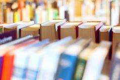 在一个书架的书在图书馆里 库存图片