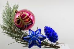 在一个云杉的分支的圣诞节装饰 库存照片