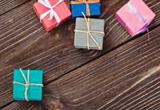 在一个五颜六色的包裹的礼物盒 库存图片