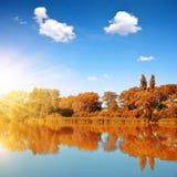 在一个五颜六色的秋天风景的晴天 免版税图库摄影