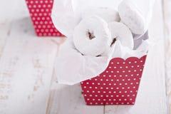 在一个五颜六色的箱子微型油炸圈饼的食物礼物 库存图片