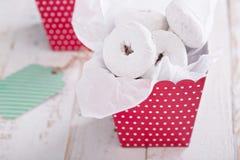在一个五颜六色的箱子微型油炸圈饼的食物礼物 免版税库存图片