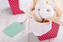 在一个五颜六色的箱子微型油炸圈饼的食物礼物 图库摄影