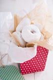 在一个五颜六色的箱子微型油炸圈饼的食物礼物 库存照片