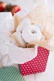 在一个五颜六色的箱子微型油炸圈饼的食物礼物 免版税库存照片