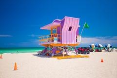 在一个五颜六色的艺术装饰样式的救生员塔,与蓝天和大西洋在背景中 举世闻名的旅行地点 S 免版税库存照片