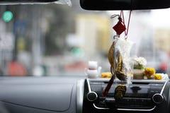在一个亚洲城市的前面仪表板的装饰乘出租车 免版税图库摄影
