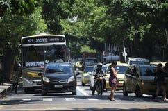在一个交叉点的里约交通在Ipanema 免版税库存照片