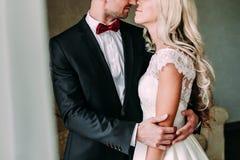 在一个亲吻前的片刻在微笑的新婚佳偶之间 婚姻 库存照片