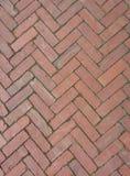 在一个人字形样式的红砖 免版税库存照片