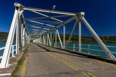 在一个人工湖的金属桥梁 免版税库存图片